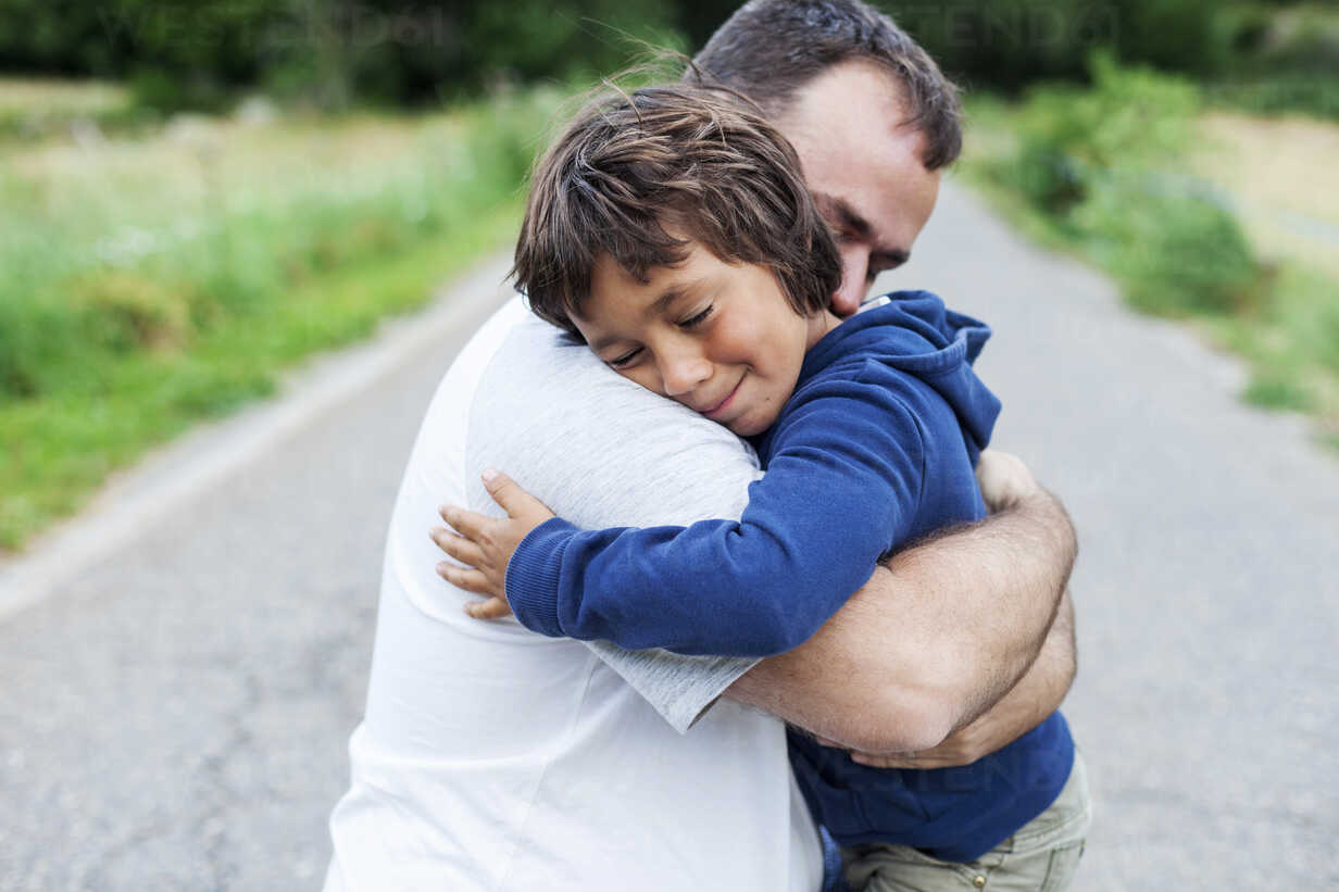 Happy father and little son hugging each other - VABF000748 - Valentina Barreto/Westend61