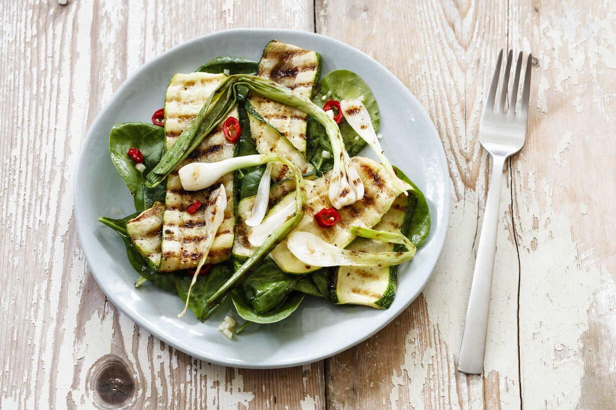Salad with spinach, grilled zucchini, spring onion on plate, vegan - EVGF003031 - Eva Gruendemann/Westend61