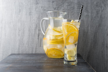 Water with lemon, orange and ginger, ice cubes, flavoured - MYF001739