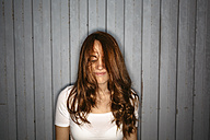 Redheaded young woman with dishevelled hair - GIOF001386
