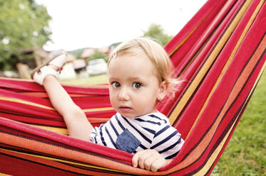 Little girl sitting in hammock - HAPF000712