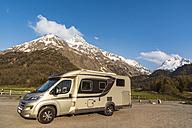 Switzerland, Grisons, caravan in front of Swiss Alps, Parc Ela - CSTF001115