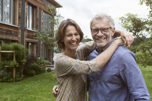 Portrait of happy mature couple in garden - RBF004876