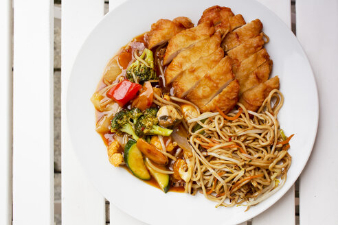 Baked duck with noodles and vegetables - CSF027574