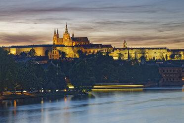 Czech Republic, Prague, Prague Castle and St. Vitus Cathedral, Vlatva river in the evening - GFF000730