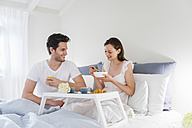 Couple in bed with breakfast tray - DIGF000943