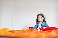 Smiling girl on bed - DIGF000976