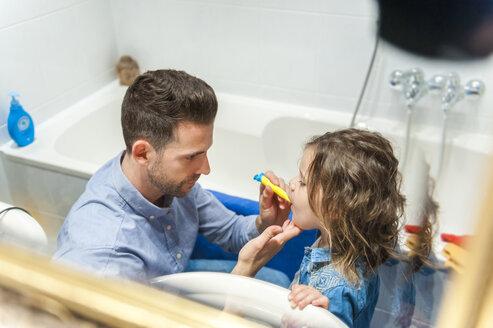 Father brushing girl's teeth - DIGF001003