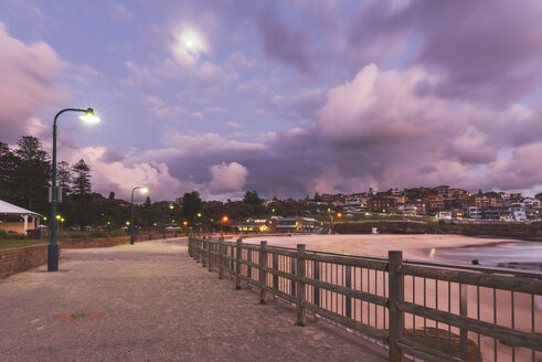 Australia, New South Wales, Tamarama, beach promenade in the evening - GOAF000044