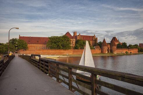 Poland, Malbork Castle, footbridge on Nogat River - ABO000102