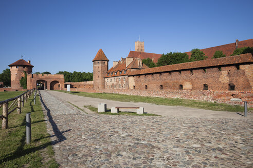 Poland, Malbork Castle, road and alley along the walls - ABO000105