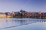 Czech Republic, Prague, Old town, Charles Bridge, Prague Castle and St. Vitus Cathedral, Vlatva river in the evening - GFF000739