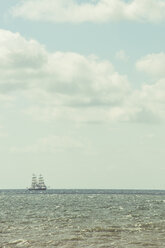 Sailing ship at horizon - CHP000291