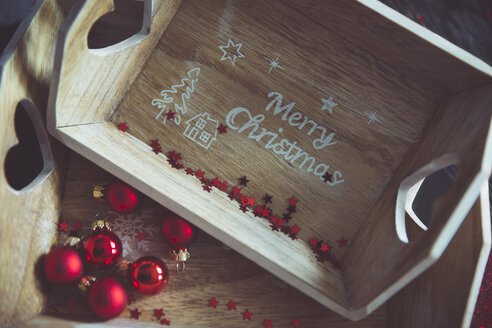 Wooden trays and Christmas baubles - CHPF000294