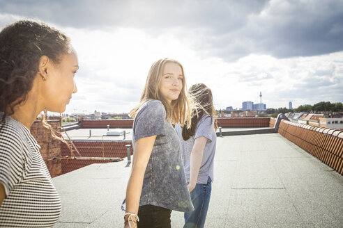 Germany, Berlin, three teenage girls  on roof top - OJF000175