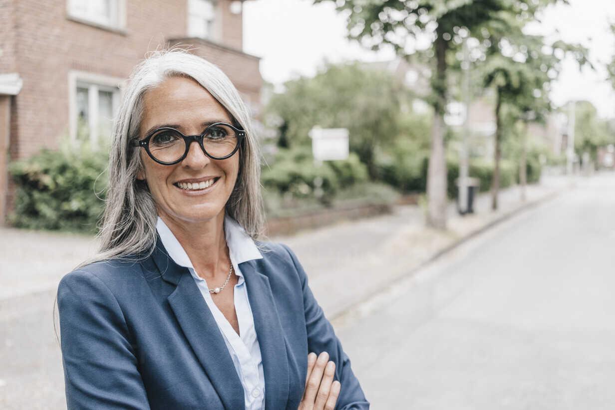 Portrait of smiling businesswoman wearing glasses - KNSF000305 - Kniel Synnatzschke/Westend61