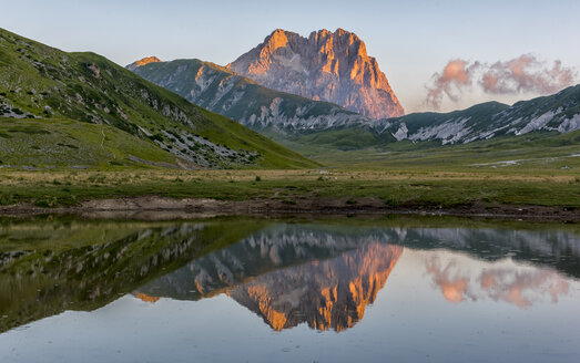Italy, Abruzzo, Gran Sasso e Monti della Laga National Park, Mt Corno Grande and lake Pietranzoni at sunrise - LOMF000362
