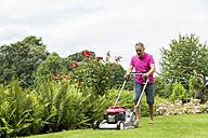 Man lawnmowing - JUNF000590