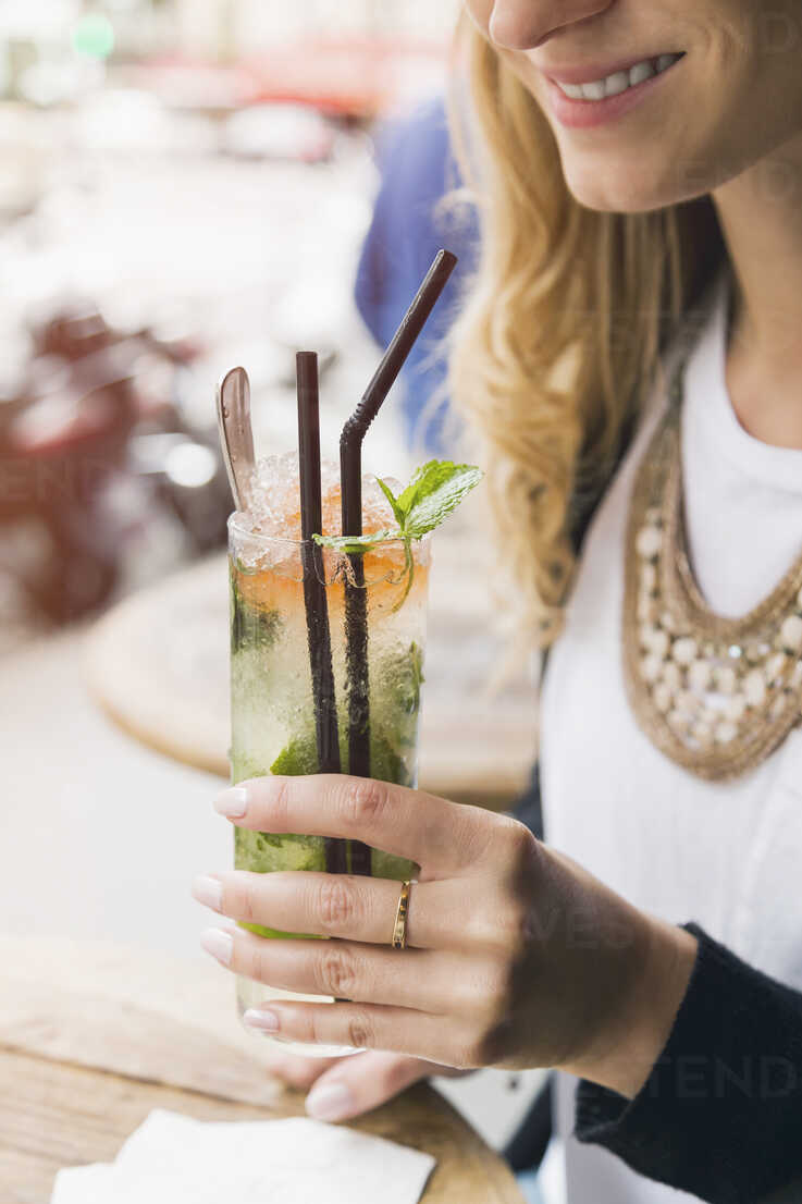 Woman holding glass of Mojito - JUNF000612 - JLPfeifer/Westend61