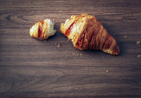 Croissant on dark wood - PPXF000031