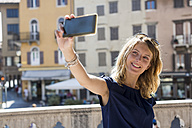 Woman taking selfie with smartphone - MAUF000842