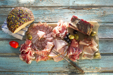 Cold snack, flower bread, olive, tomate and different sorts of bacon, pork roast with crackling and pancetta - MAEF011996