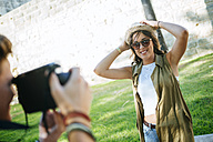 Young man taking pictures of his girlfriend - KIJF000741