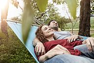 Couple relaxing in hammock - RBF005146