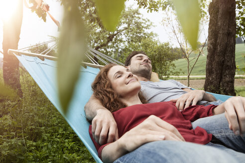 Couple relaxing in hammock - RBF005146