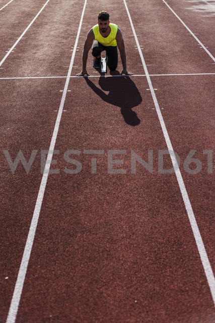 Runner on tartan track in starting position - UUF008293 - Uwe Umstätter/Westend61