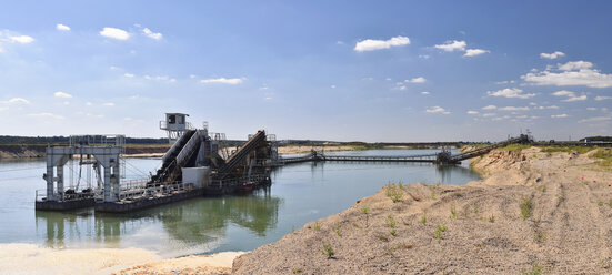 Mining of sand and gravel with a dredge - LYF000584