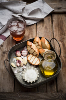 Sliced garlic bread, baguette, garlic, sea salt and olive oil on tray - CZF000268