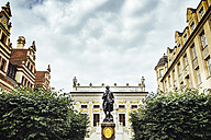 Germany, Leipzig, view to Old stock exchange at Naschmarkt with Goethe memorial in the foreground - KRP001789