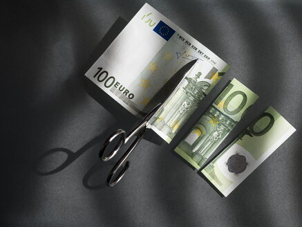 100 euro and scissors, symbolic picture, costs - EJWF000791
