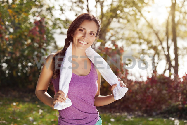 Portrait of smiling female athlete with towel outdoors - MFF003050 - Mareen Fischinger/Westend61