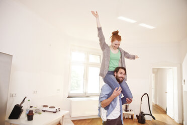 Happy couple moving into their new apartment - MFF003296