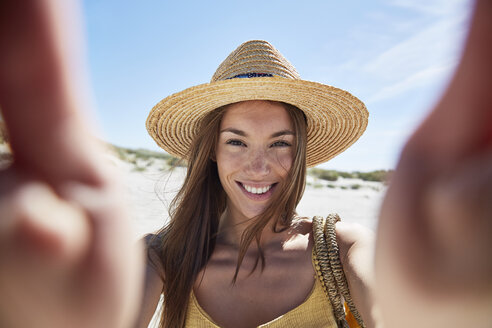 Portrait of smiling young woman on the beach - SRYF000012