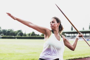 Young woman throwing javelin - UUF008376