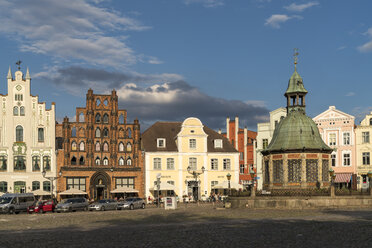Germany, Wismar, Market Square with the landmark waterworks or Wasserkunst and patrician's home the Alter Schwede - PC000273