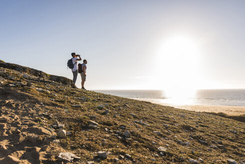 France, Bretagne, Finistere, Crozon peninsula, couple during beach hiking - UUF08458