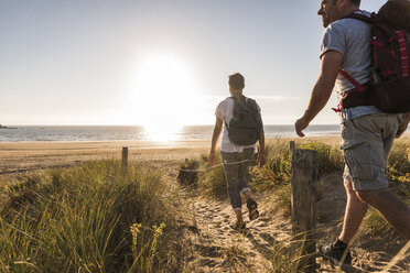France, Bretagne, Finistere, Crozon peninsula, couple during beach hiking - UUF08464
