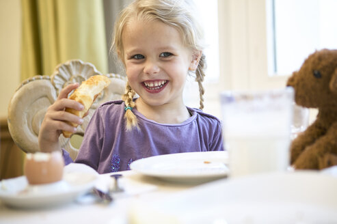 Portrait of happy blond girl at breakfast table - FSF00448