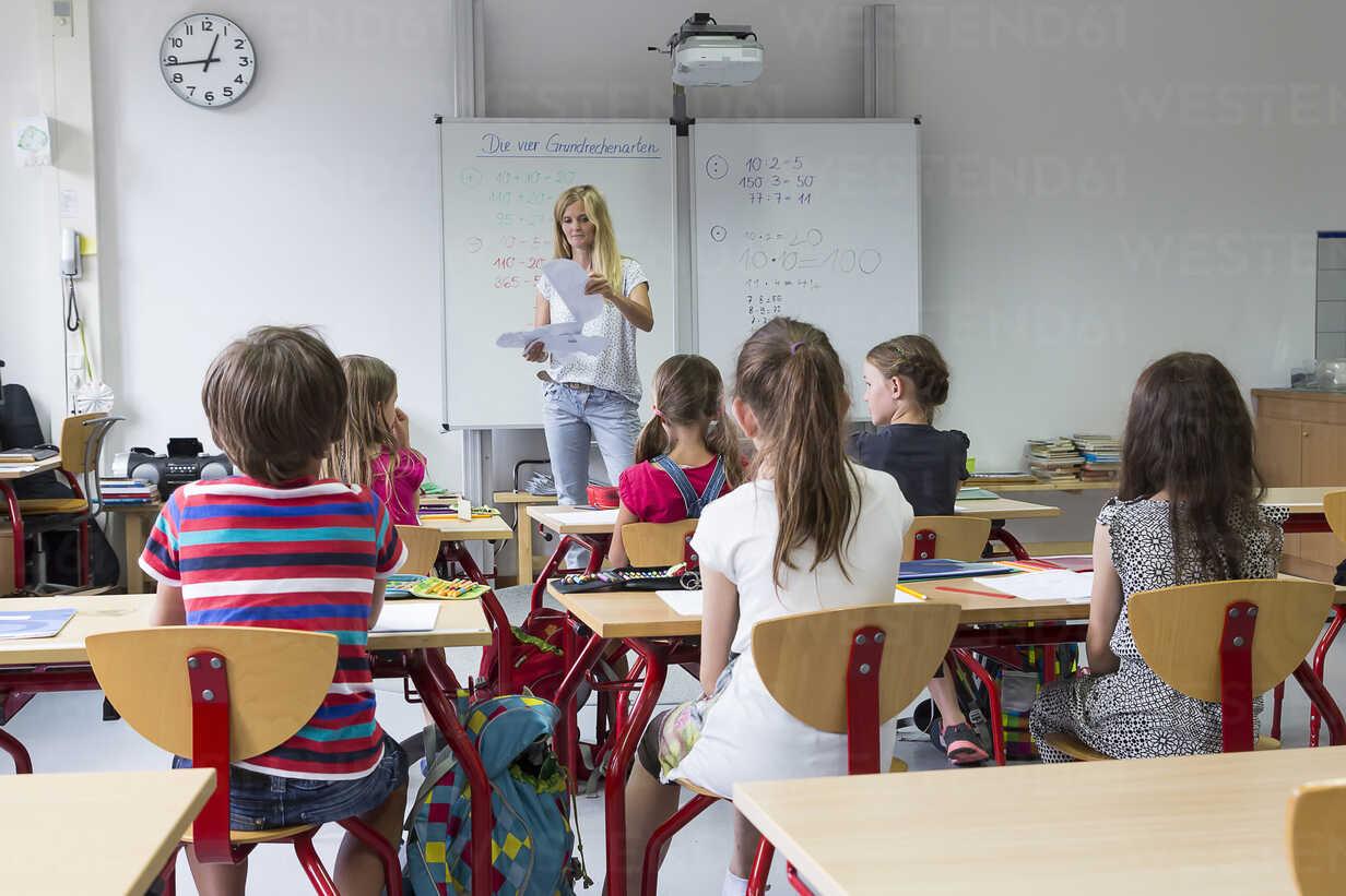 Teacher with her class - SARF02886 - Sandra Roesch/Westend61