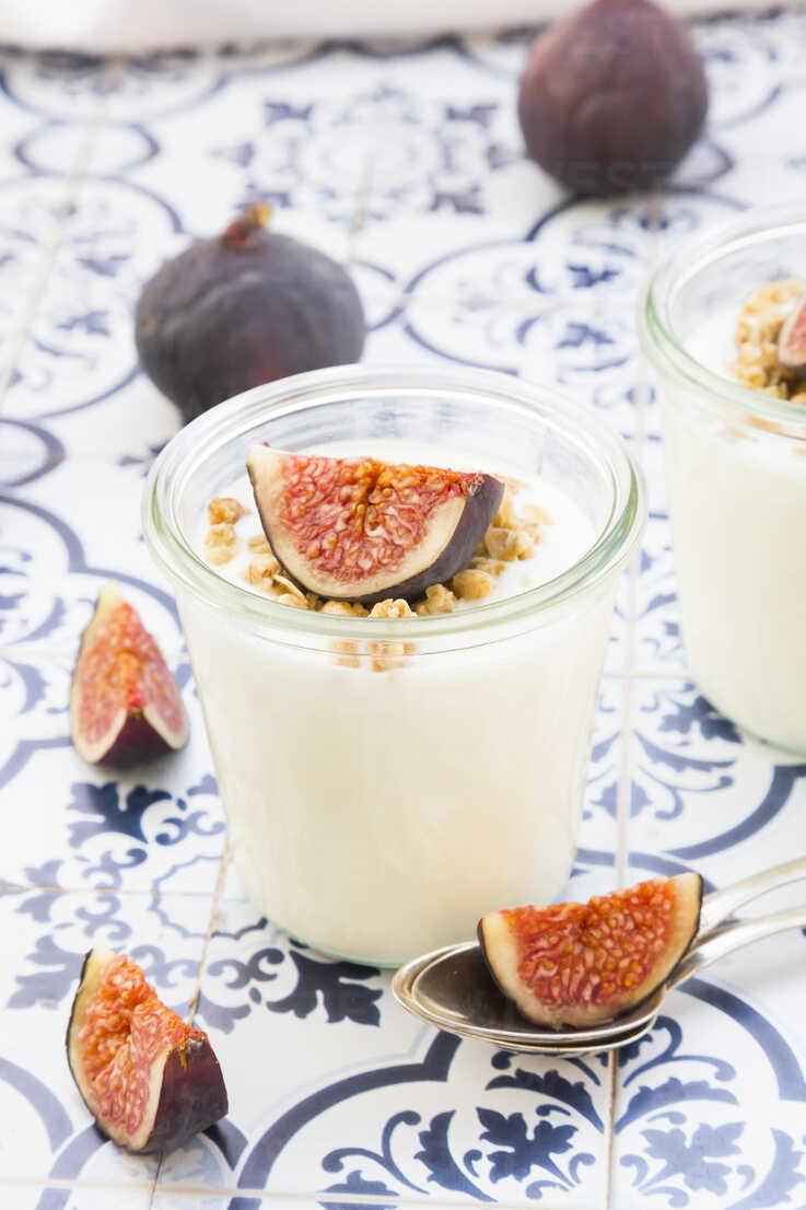 Greek yogurt with granola and figs - LVF05308 - Larissa Veronesi/Westend61