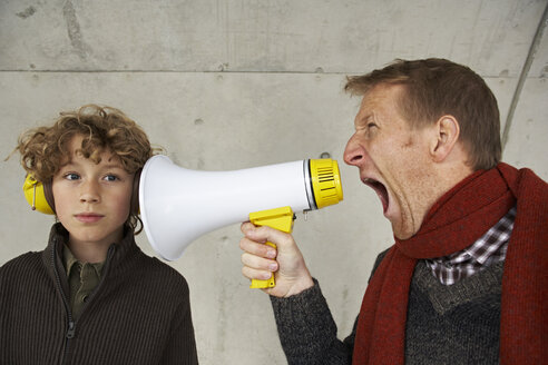 Father and son screaming at each other with magaphone - FSF00473
