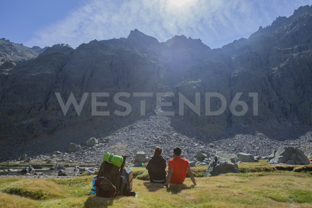 Spain, Sierra de Gredos, couple resting in front of a mountain - ERLF00197 - Enrique Ramos/Westend61