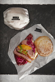 Homemade burger with duck breast, red cabbage, radicchio and oranges - SCF00505