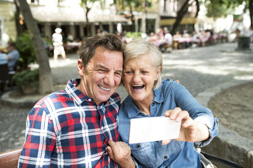 Laughing senior couple taking selfie with smartphone - HAPF00913