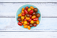Bowl of yellow and red mini tomatoes - LVF05334