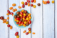 Bowl of yellow and red mini tomatoes - LVF05337